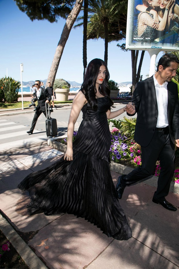 aishwarya-rai-in-black-dress-at-cannes-film-festival-2017- (2)