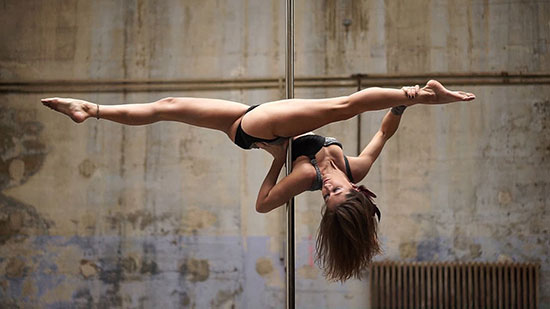 Stunning performance by pole dancer showing off her skills!