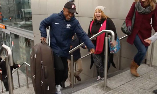 A Young Man Helped an Old Woman to Carry Luggage Up the Stairs, What's Waiting Will Make You Smile!