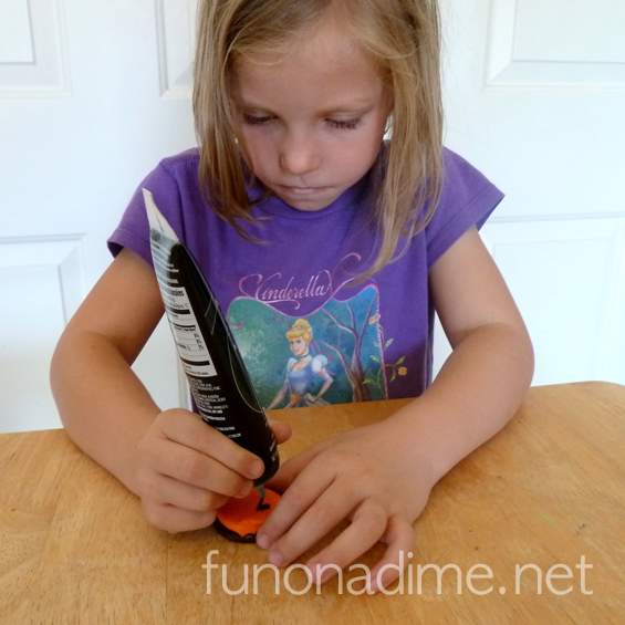 Who says your after school snacks can't be fun? Let the kiddos get creative after school. This is a really fun idea!
