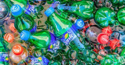 E Se A Nestlé E A Coca-Cola Tivessem Que Limpar Sua Própria Poluição Plástica?