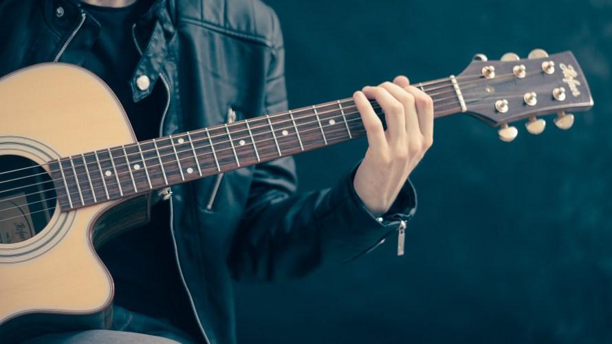 ギターは指で弾くのか?それともピックで弾くのか?
