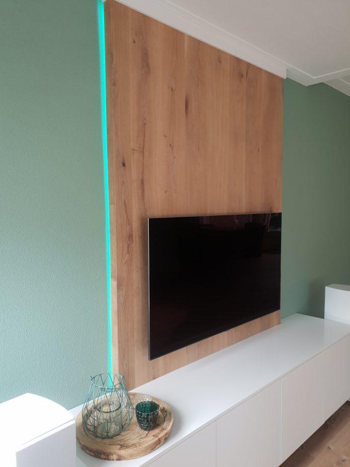 tv meubel in wit met eikenwand