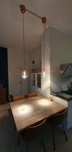hanglamp boven eiken tafel