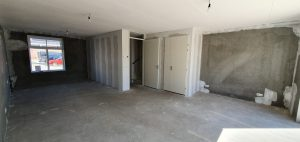 Woonkamer en trapkast, voor afbouw