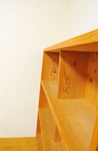中古の飾り棚は傾斜があり使い易そう