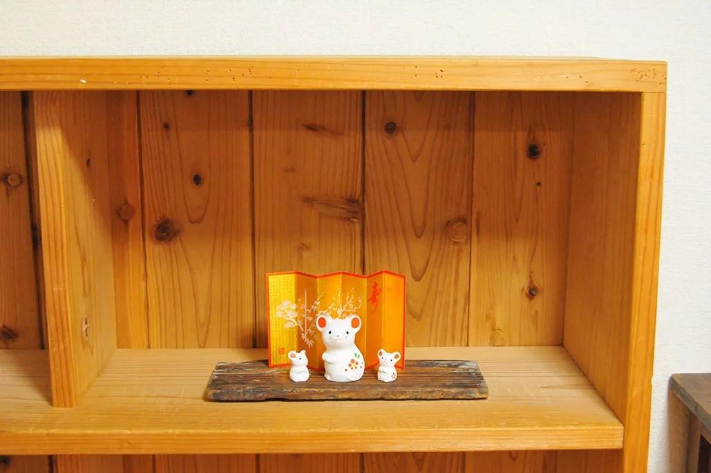 3000円棚に拾った板の上に乗せた可愛い干支のねずみ置物