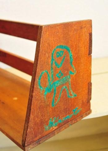 ドロンパの絵が描いてある古い本立て