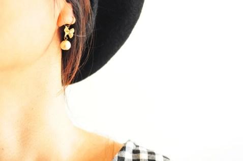 50円の華奢なイヤリングをファッションに合わせて