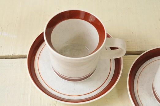 1客20円カップは2つで40円。茶色と白に近いグレー