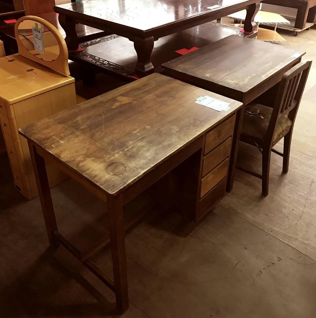 リサイクル市場で見つけた古道具の机