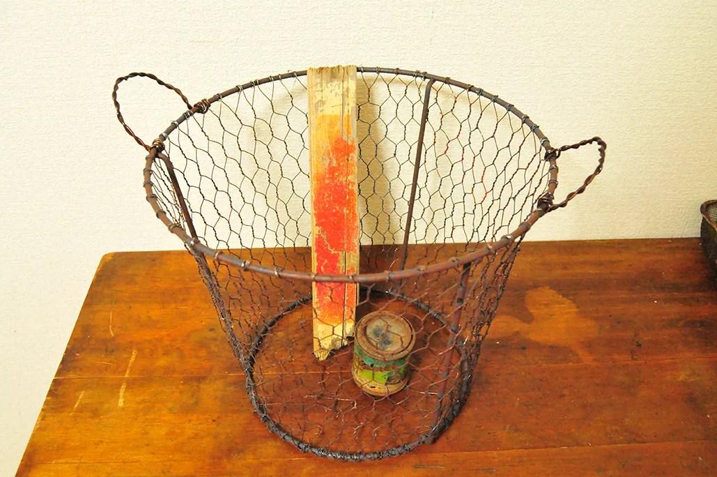 100均の商品にワイヤーを編んで作ったカゴ