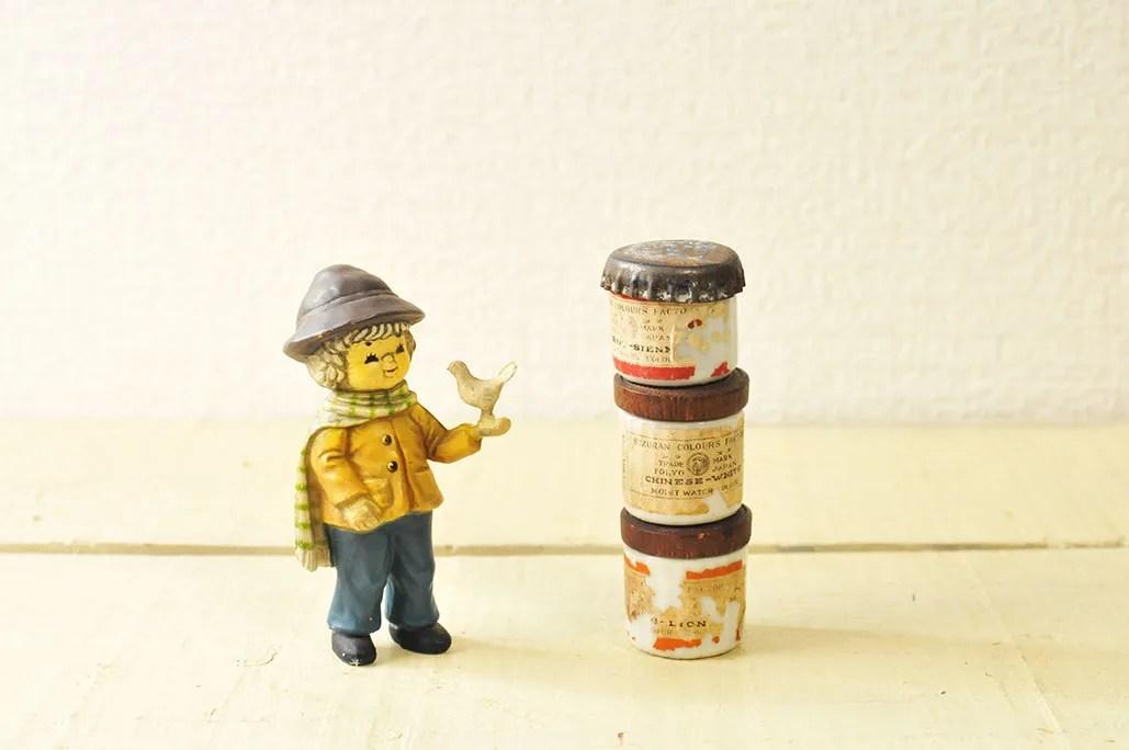 レトロな男の子人形と古い絵具ビンたち