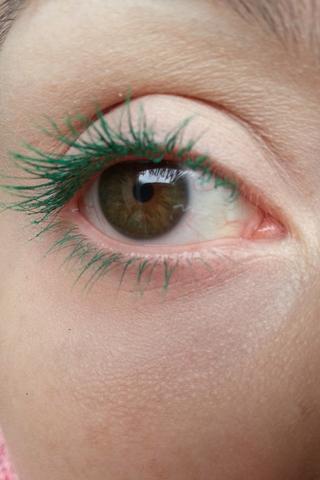 انتقي الماسكرا الملونة وفقا للون عينيك