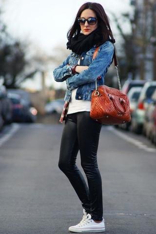 ١٠ طرق متنوعة لارتداء الجاكيت الجينز في الشتاء فستاني