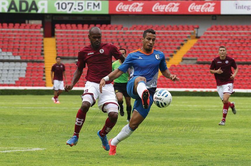 Adolfo Machado disputa un balón con un atacante de Querétaro. Foto: clubqueretaro.com