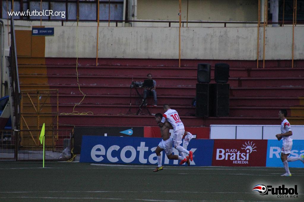 Luis Pacheco celebra con su equipo el segundo gol de la ADSC.