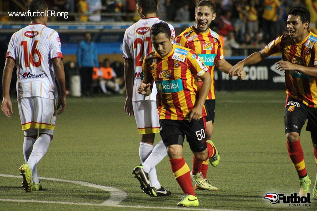 Yosimar Arias celebra la anotación del empate a los 82' de juego.