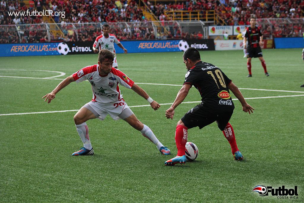 Álvaro Sánchez busca filtrarse al área santista  durante el primer tiempo del juego.