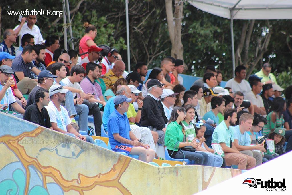 El horario del encuentro favoreció la presencia de aficionados de los alrededores y estudiantes.