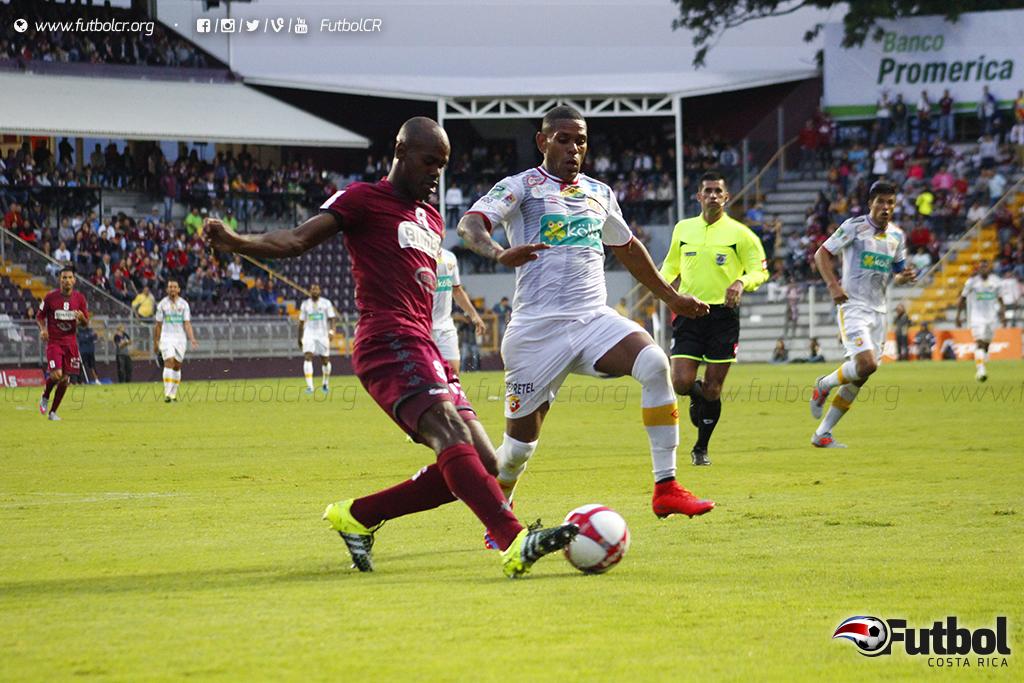 Por varios lapsos los morados dominaron el juego, pero las tarjetas amarillas eran constantes y pausó el partido. Foto: Steban Castro