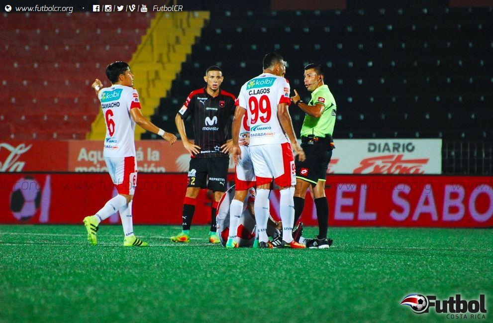 Santos lo intento todo, pero no logró anotar el gol. Foto: Maripaz Quintana