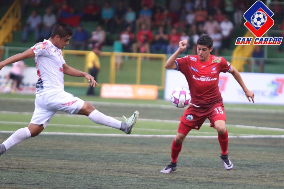 Belén luchó incansablemente, a pesar de que no tuvo el dominio del balón. Foto: Prensa Asociación Deportiva San Carlos.