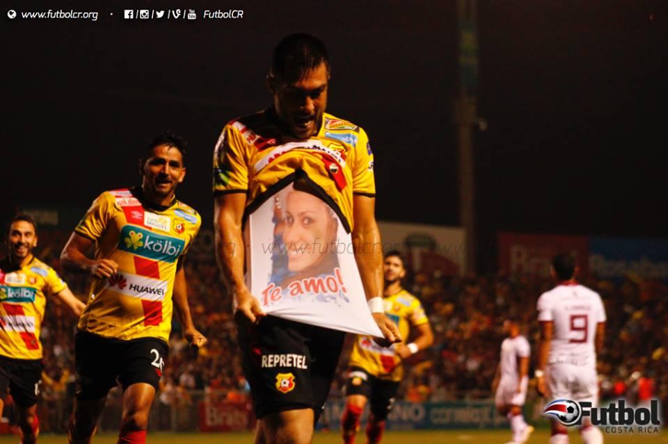 Regreso. Luego de una complicada lesión, Jonathan Hansen anotó el gol que significa el liderato florense. Foto: Steban Castro.