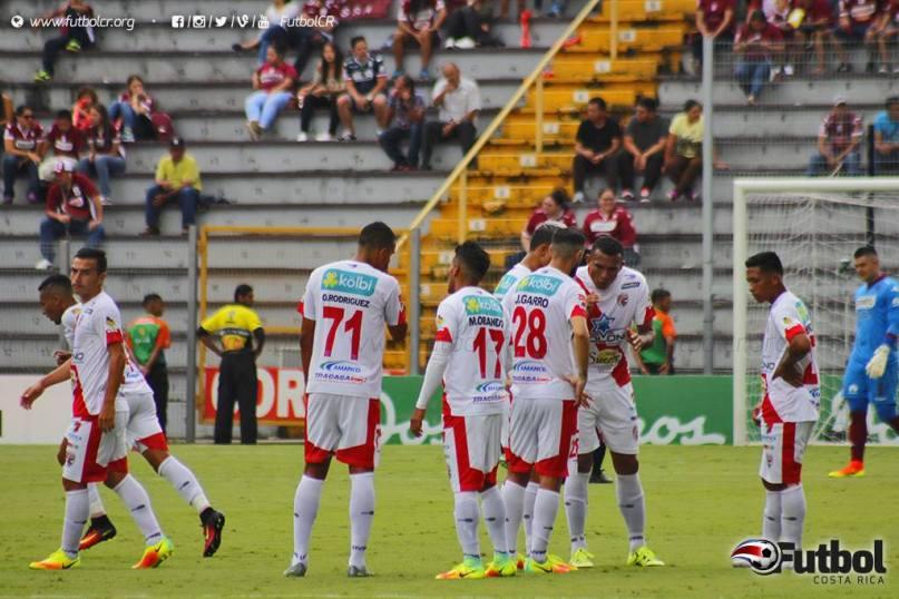 Santos seguirá luchando por meterse en puestos de clasificación en su visita a la UCR. Foto: Steban Castro