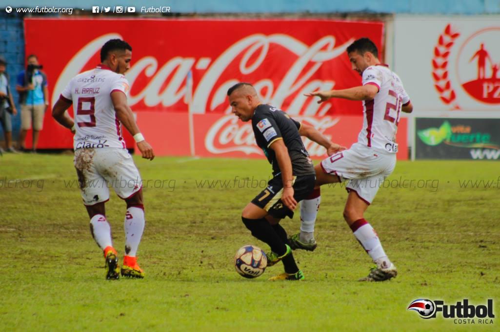 Difícil. Las malas condiciones del terreno de juego complicaron el manejo del balón. Foto: Steban Castro.