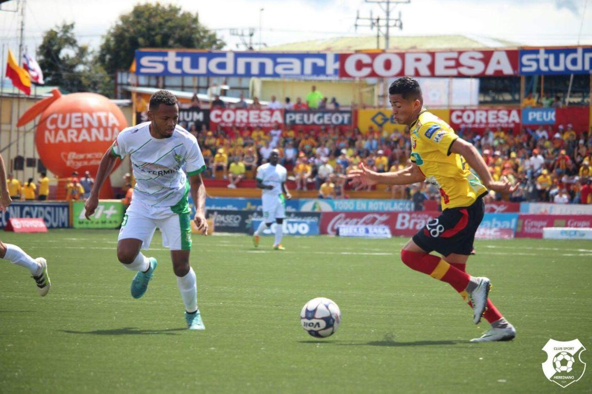 Limón terminó el juego con 9 hombres, por la lesión de Iván Ramírez. Foto: sportscr.com