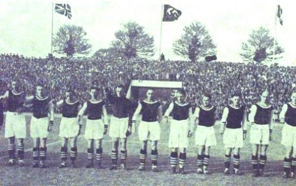 Saludo Nazi a desgana de los jugadores del Aston Villa