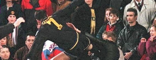 Eric Cantona golpea a un aficionado