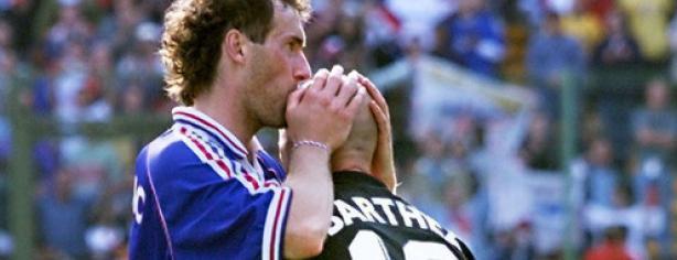 Laurent Blanc besa a Fabian Barthez