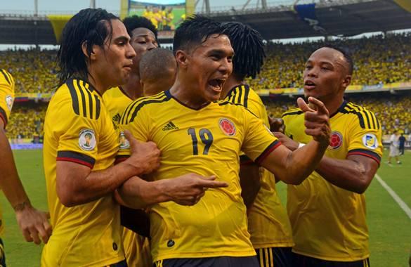Los jugadores festejan el gol de Teófilo Gutiérrez, el segundo para Colombia.