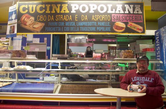 Marco Brusconi, 54 anni, gestisce questo banco di panetteria e gastronomia. Lavora a Porta Palazzo dal 1973. «Porta palazzo è molto diversa da allora, ma non necessariamente peggiore. Anzi, migliore, secondo me. Oggi, più che cambiare il mercato dobbiamo cambiare noi commercianti» (foto: Lisa Di Giuseppe)