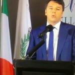Renzi va a scuola e la maestra Europa bacchetta