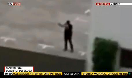 In un fermo immagine da Sky TG24, il probabile attentatore del centro commerciale a Monaco di Baviera dove è avvenuta una sparatoria con diversi morti, 22 luglio 2016. ANSA / FERMO IMMAGINE DA SKY TG24