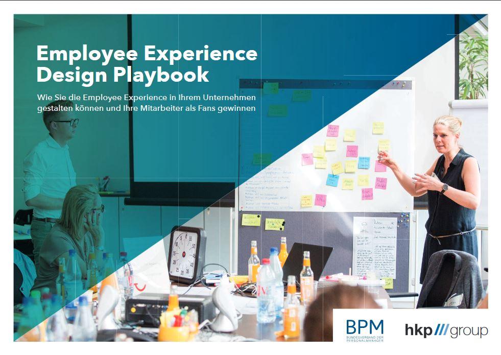 Cover des Employee Expereience Design Playbook. Es zeigt ein Flipchart mit bunten Klebezetteln, davor eine gestikulierende Sprecherin. Das Buch wurde vom Bundesverband der Personalmanager und der hkp/// group entwickelt, um HR-Profis in EX Design einzuführen.