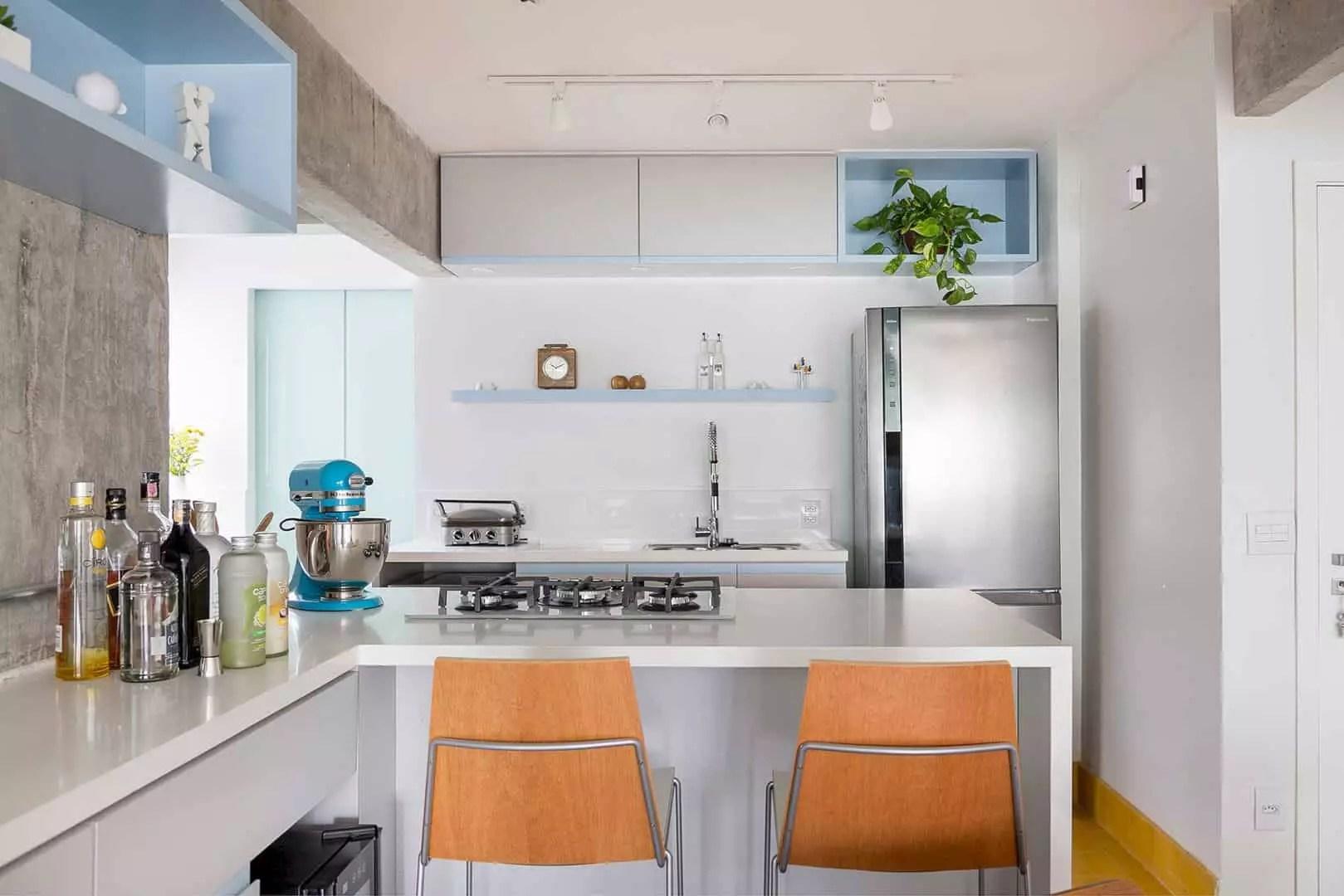 Apartamento Joaquim Antunes: Elegant Apartment with Concrete Wall and Colorful Accent