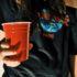 muchacha adolescente con la taza