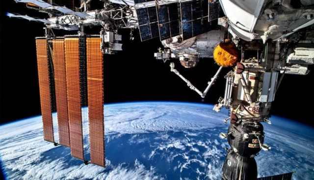 Het ISS zweeft boven de aarde in de ruimte
