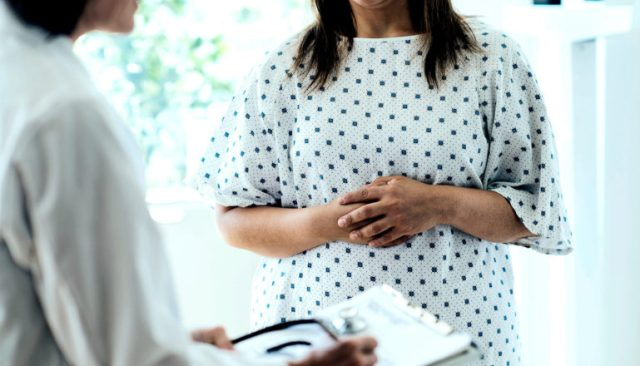 Een vrouw die met haar dokter praat