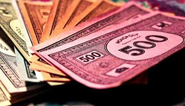 Verschillend gekleurd papiergeld uit het spel Monopoly