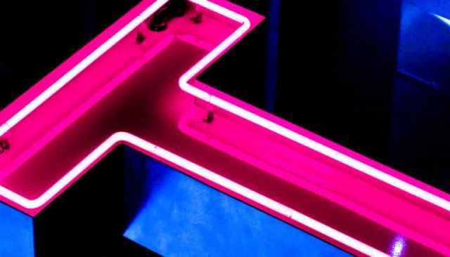 De letter T in roze neonlicht