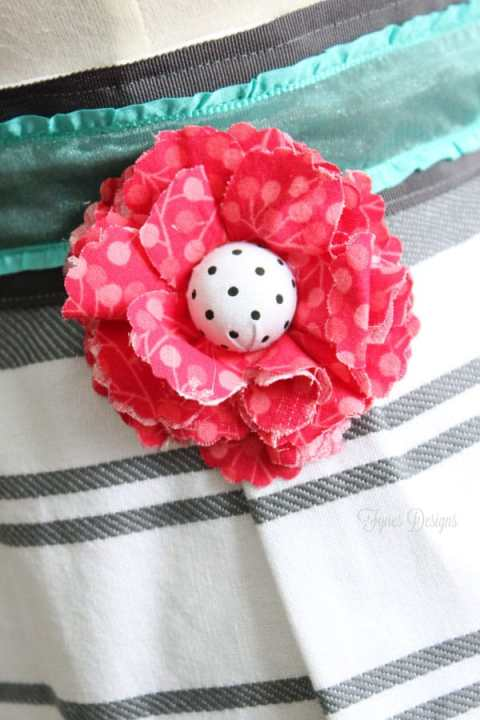 Add a easy fabric flower to an apron via fynesdesigns.com