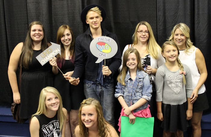 Cody Simpson with his fans #UNOAnytime