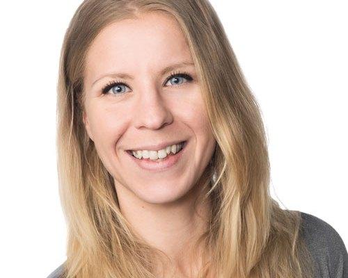 FysioXin fysioterapeutti Reetta Keskinen hymyilee kasvokuvassa