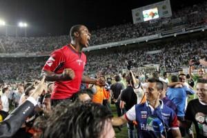 Ighalo, goleador contra el Elche, celebra el ascenso a Primera División.   (Foto: Ernesto Caparros)