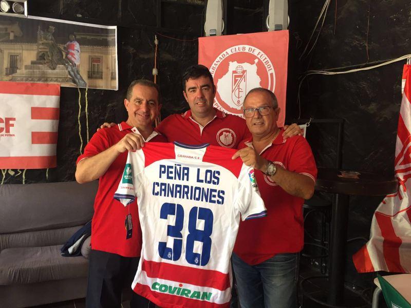 Peñistas canariones con la camiseta regalada por el club